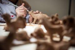 A menina esculpe da argila do gato Foto de Stock