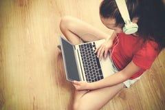 A menina escuta a música foto de stock