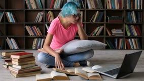 Menina esgotada cansado do estudante que prepara-se para o exame video estoque
