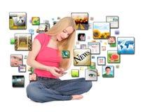 Menina esperta de Texting da aplicação do telefone Foto de Stock
