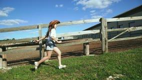 Menina esperta que corre no estábulo 4K filme