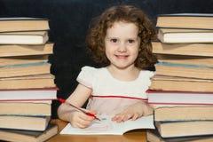Menina esperta que lê um livro. fotos de stock royalty free