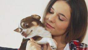 A menina está abraçando seu cão fotos de stock