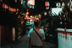 A menina está andando Chiang Mai bonito Luzes adoráveis na cidade Chiang Mai na noite A maioria de cidade bonita em Tailândia imagem de stock royalty free