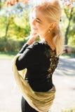 A menina está andando no parque, uma menina elegante em um outono wal Fotografia de Stock Royalty Free