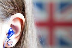 A menina está aprendendo o inglês com conceito britânico do fundo do sumário da bandeira Fotos de Stock Royalty Free
