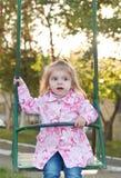 A menina está balanç Imagens de Stock