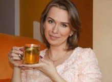 A menina está bebendo o chá verde Imagens de Stock Royalty Free