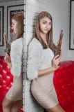 A menina está com à sua de volta ao espelho com sua reflexão Kee Imagens de Stock Royalty Free