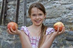 A menina está comendo frutas Fotografia de Stock