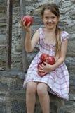 A menina está comendo frutas Fotos de Stock
