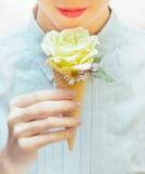 A menina está comendo um gelado incomum Rosa no cone do waffle Fotos de Stock