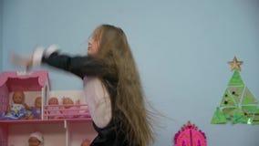 A menina está dançando video estoque