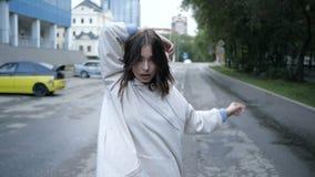A menina está dançando ao tomar uma caminhada video estoque