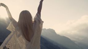 A menina está dançando, luz do sol brilhante e natureza surpreendente ao redor filme