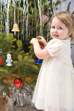 A menina está decorando a árvore de Natal fotos de stock royalty free
