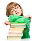 A menina está dormindo em seus livros foto de stock royalty free
