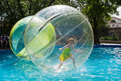 A menina está em um balão que flutua na água no parque da cidade em Volgograd Fotografia de Stock