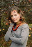 A menina está em um jardim do outono Imagem de Stock Royalty Free