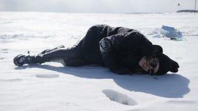 A menina está encontrando-se na neve filme