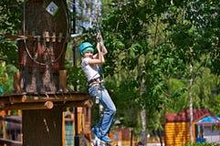 A menina está escalando no curso de obstáculo fotos de stock