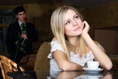 A menina está esperando um indivíduo Imagem de Stock