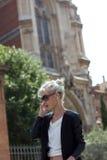 A menina está falando no telefone o jardim em Europa Imagens de Stock Royalty Free