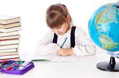 A menina está fazendo trabalhos de casa Imagens de Stock Royalty Free