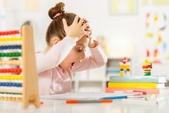 A menina está fazendo trabalhos de casa Imagem de Stock