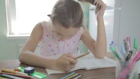 A menina está fazendo trabalhos de casa para a escola primária filme
