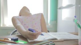 A menina está fazendo trabalhos de casa para a escola primária video estoque