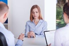 A menina está forçando na entrevista imagem de stock royalty free