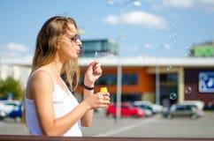 A menina está fundindo bolhas Imagens de Stock Royalty Free