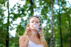 A menina está fundindo bolhas Foto de Stock