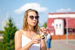A menina está fundindo bolhas Fotografia de Stock Royalty Free