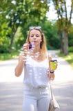 A menina está fundindo bolhas Imagens de Stock