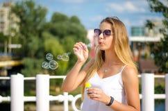 A menina está fundindo bolhas Imagem de Stock Royalty Free