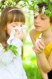 A menina está fundindo seu nariz fora Imagem de Stock