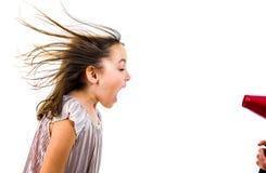 A menina est? gritando, gritaria no secador do sopro - secador de cabelo fotos de stock royalty free