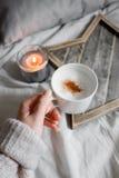 A menina está guardando uma xícara de café Foto de Stock Royalty Free
