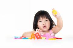 A menina está jogando com ABC Fotos de Stock Royalty Free