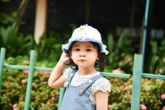 A menina está jogando no jardim Fotografia de Stock