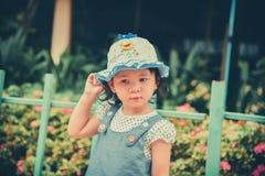 A menina está jogando no jardim Imagens de Stock Royalty Free