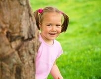 A menina está jogando o couro cru - e - busca ao ar livre Imagens de Stock Royalty Free