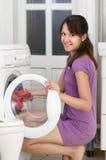 A menina está lavando a roupa imagem de stock