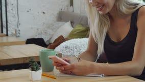A menina está lendo algo em seu telefone celular fotos de stock