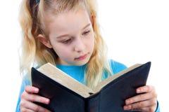 A menina está lendo a Bíblia Imagens de Stock Royalty Free