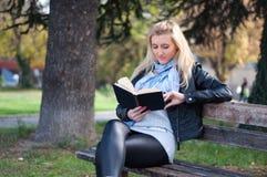 A menina está lendo um livro Foto de Stock Royalty Free