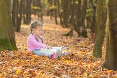 A menina está lendo um livro Fotografia de Stock