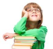 A menina está lendo um livro fotos de stock royalty free